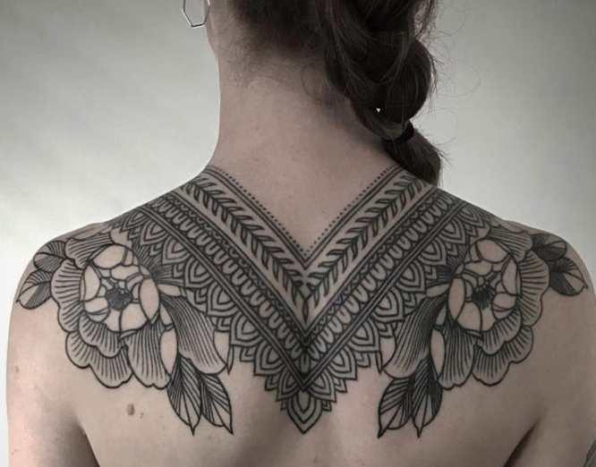 tatuajes mujer espalda ornamental