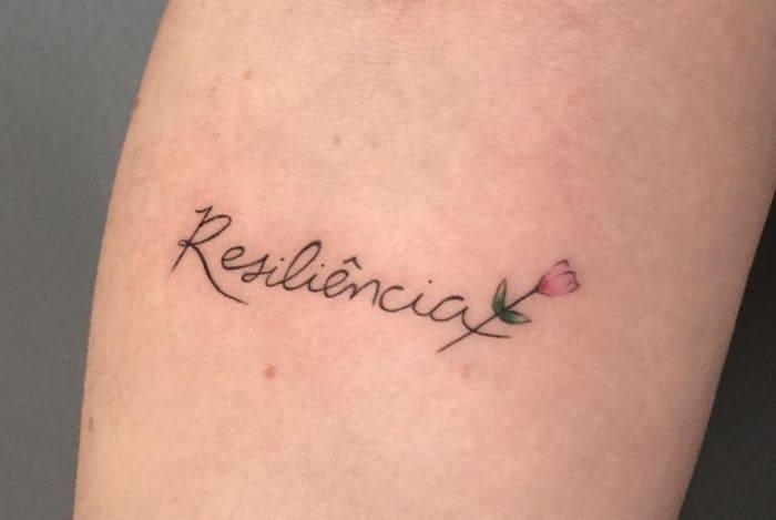 tatuajes resiliencia brazo con flor