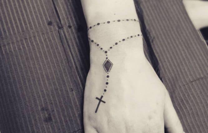 tatuajes rosario mano minimalista